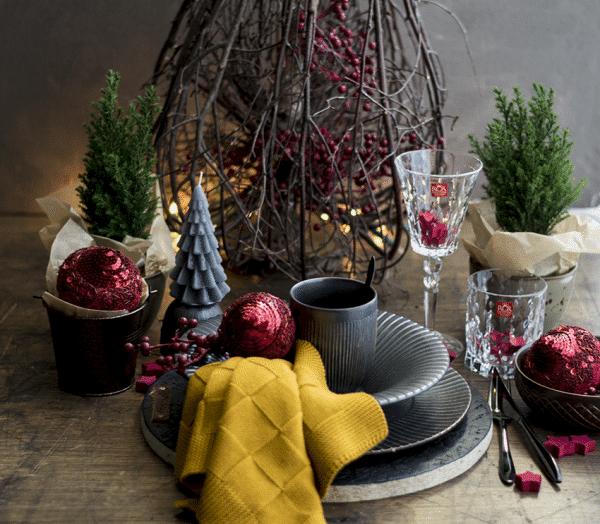 Kersttafel mat zwart en rood, kerstmis, brass servies Stylist