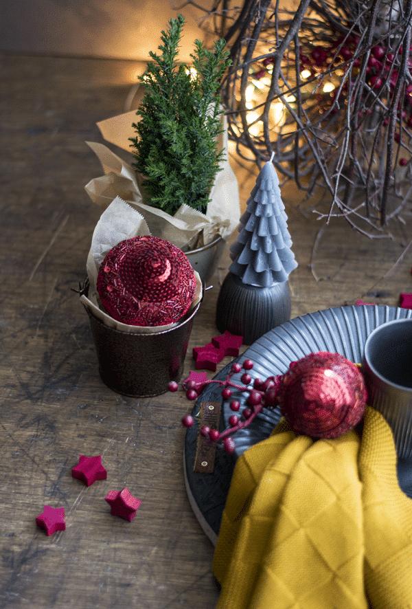 Kersttafel mat zwart met rood , Brass Servie, Kersttafel, Gedekte Tfel, Stoer Servies HIP Tafelen