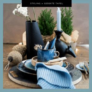 Gedekte tafel met blauw, kersttafel, tafelstyling, serviesgoed