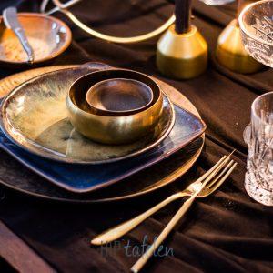 gedekte tafel met vierkant serviesgoed, goud, brons, hip tafelen to go