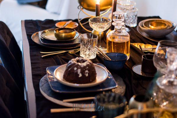 Gedekte tafel met een Vierkant servies, goud, brons, hip tafelen to go