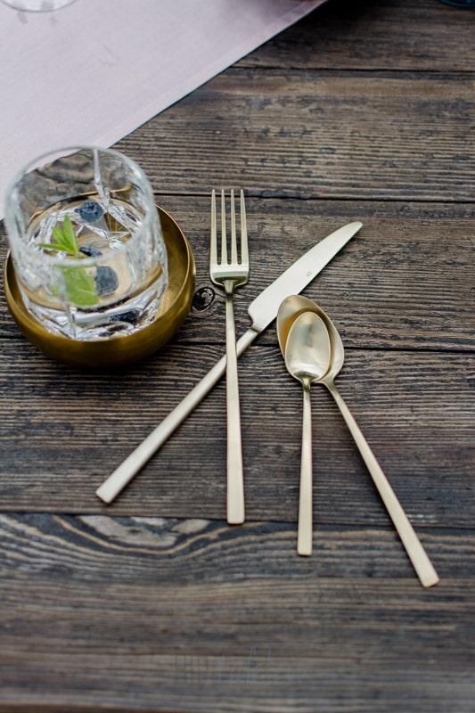 bestek, goud bestek, summer table tafelstyling, gedekte tafel, stylist, HIP tafelen